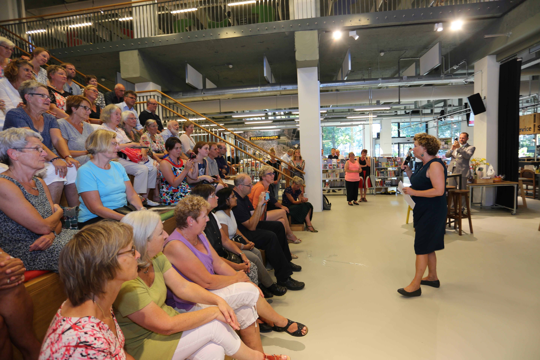 Nan van Schendel houdt haar afscheidsspeech zijn haar afscheidsreceptie in de Chocoladefabriek.