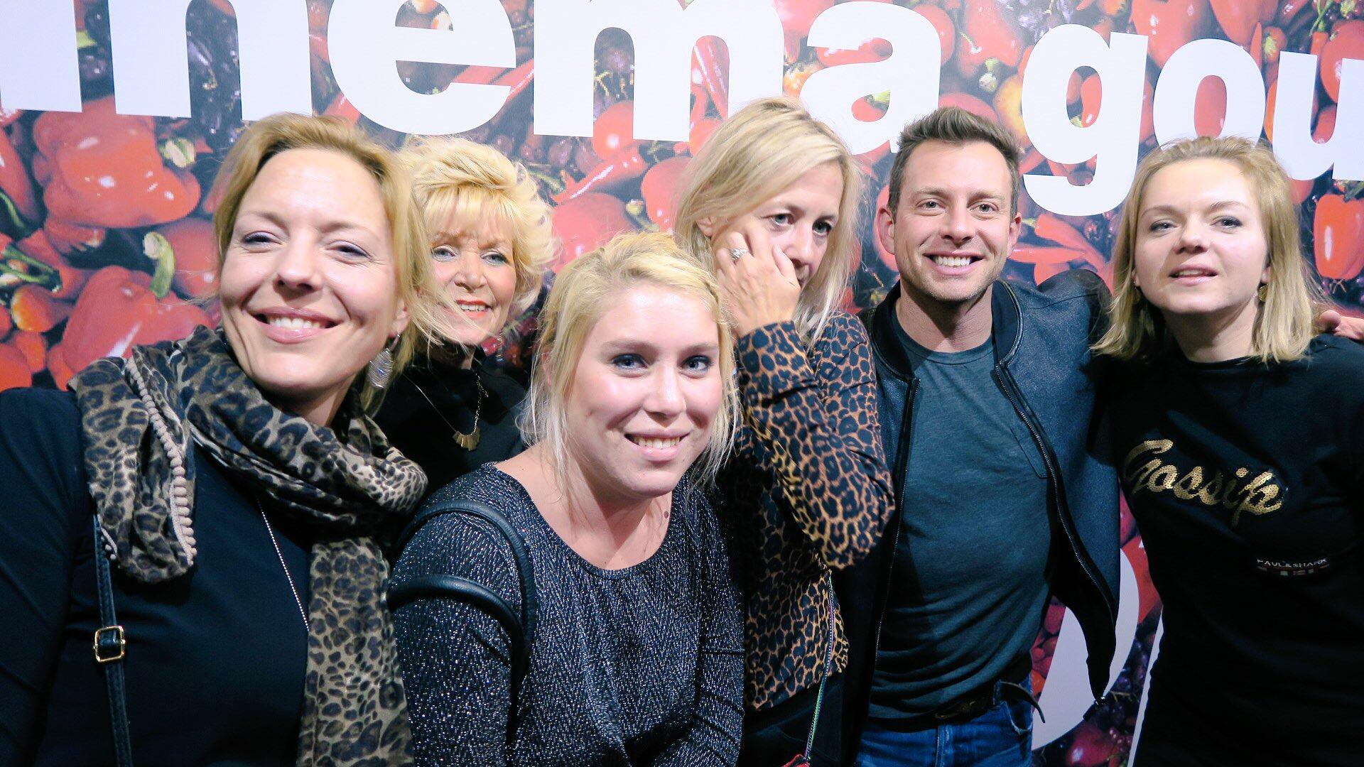 Fans op de foto met Dan Karaty in Cinema Gouda | Foto: Joey Cheung