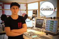 Arthur Snippe (DJ Fresh Coast) in de GoudaFM studio.