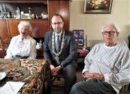Echtpaar Jong is 65 jaar getrouwd en krijgt bezoek van burgemeester Milo Schoenmaker.